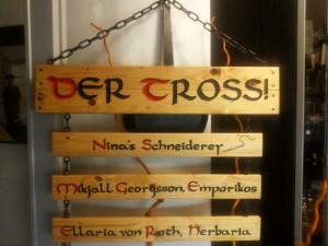 Tross-Schilder gehängt